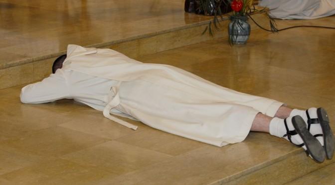 Frère prosterné au cours de sa profession monastique, pour le 28e dimanche ordinaire B