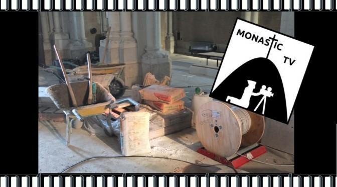 ciment, pelles, brouette et fil électrique pour l'opération du choeur de l'abbaye de Maylis