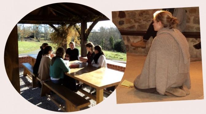 Ecole de prière Maylis, un groupe de jeunes qui discutent et une jeune femme qui prie
