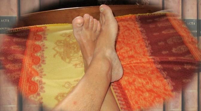 pieds croisés sur un tissus coloré
